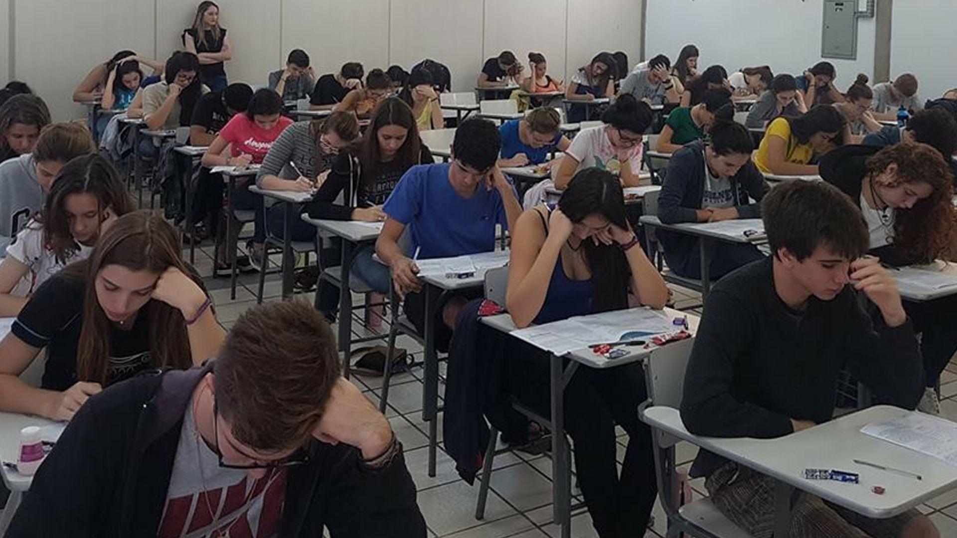 Alunos da terceira série do Ensino Médio fazem Simulado do ENEM