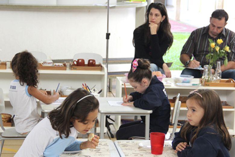 Pais observam e conversam sobre Sala Agrupada Montessoriana