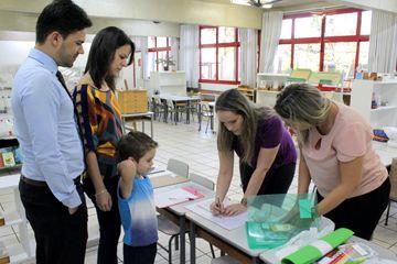 Educadoras do Ensino Fundamental I recebem os pais para entrega e conferência dos materiais
