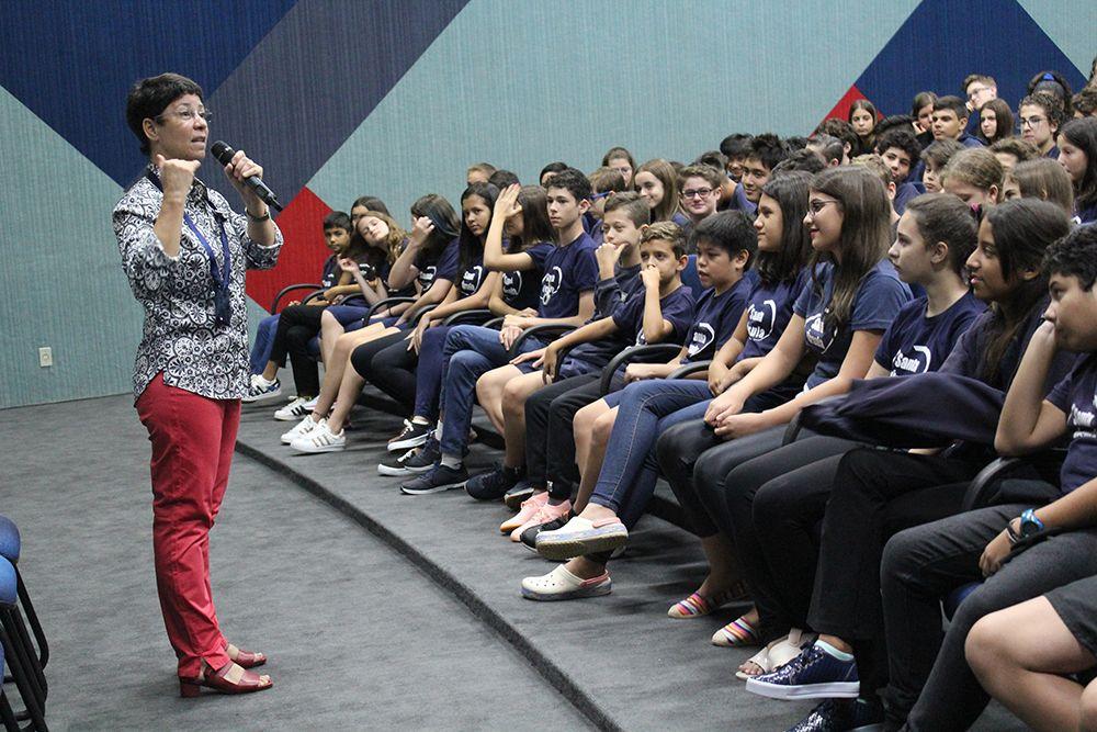 Ir. Helenice de Souza dá boas-vindas especial aos alunos do Ensino Médio e Fundamental Anos Finais