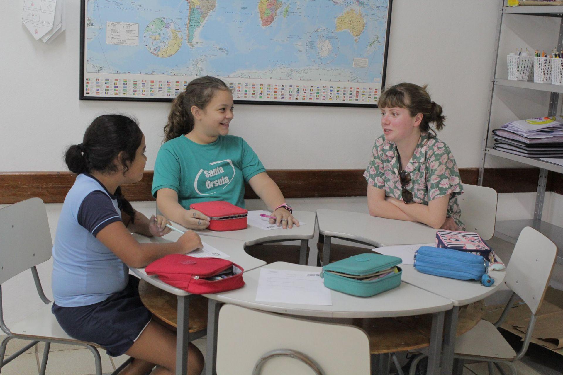 Os alunos de Crestone participaram das aulas de educação Bilíngue no colégio