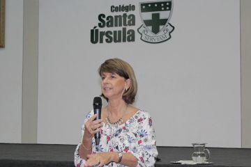 Fonoaudióloga conversa, no Colégio Santa Úrsula, sobre desenvolvimento da fala nas crianças