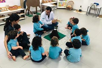 Pais do Berçário participam de portas abertas sobre profissões no colégio
