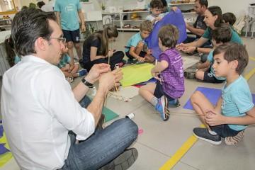 Pais da Educação Infantil produzem pipas com os filhos no Colégio Santa Úrsula