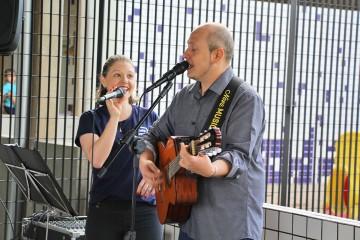 Alunos da Educação Infantil são recebidos com música, em homenagem ao Dia das Crianças