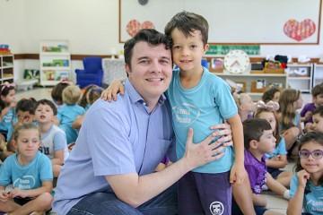 Médico e pai de aluno conversa com turma da Educação Infantil sobre cuidados com a saúde