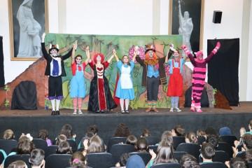 Turmas do Ensino Fundamental I - Anos Iniciais assistem à peça ''Alice no País das Maravilhas''