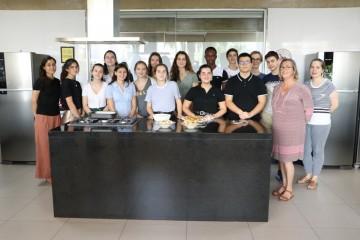 Delegação de Intercâmbio da França participa de aula de Gastronomia no colégio