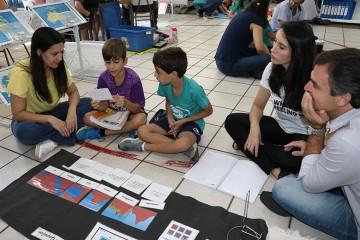 Alunos do 2º ano mostram uma aula Montessoriana para os pais do Colégio Santa Úrsula