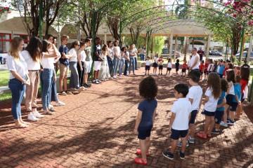 Sala Agrupada da Educação Infantil faz apresentação aos alunos Franceses