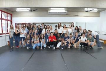 Delegação de Intercâmbio da França participa de aula de dança no colégio