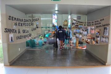 Exposição dedicada a história de Santa Ângela, acontece durante a Semana Santa Úrsula na capela do Fundamental I