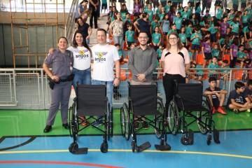 Polícia Militar e Colégio Santa Úrsula doam cadeiras de rodas a entidades