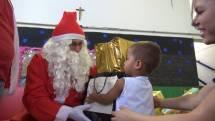 Projeto social recebe alunos e Papai Noel do Santa Úrsula para entrega de presentes