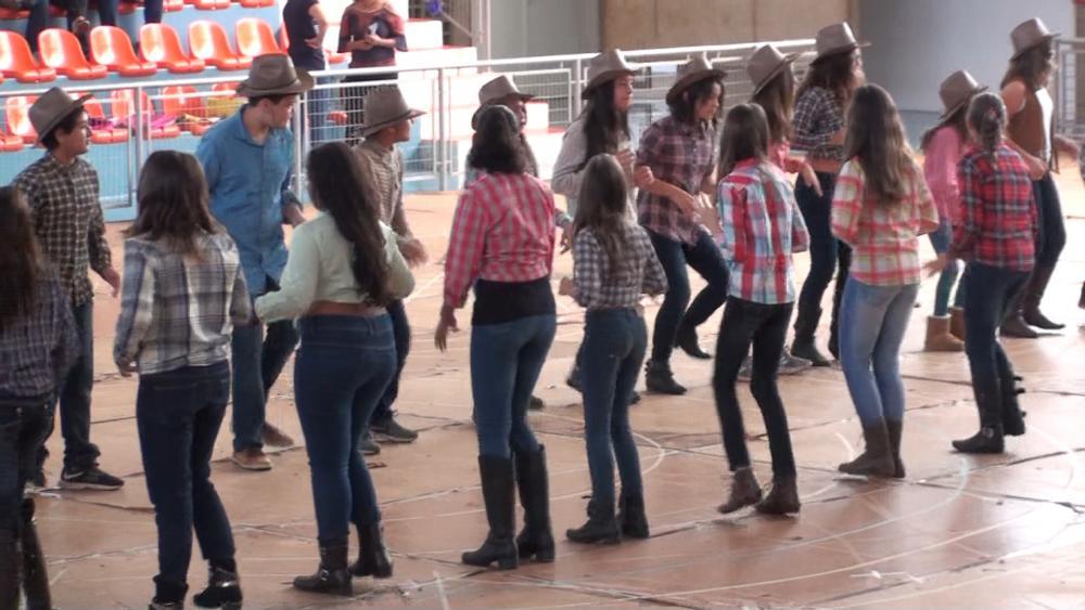 Na semana Junina os alunos do Fundamental II realizam apresentação com danças típicas no poliesportivo