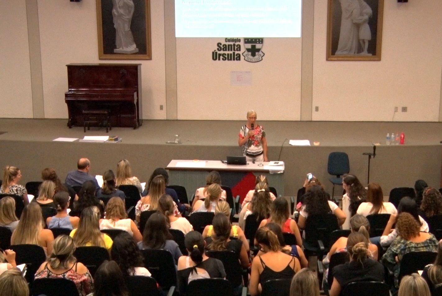 Nieke Coppelmans, especialista em Montessori, ministra palestra sobre autoconhecimento no colégio